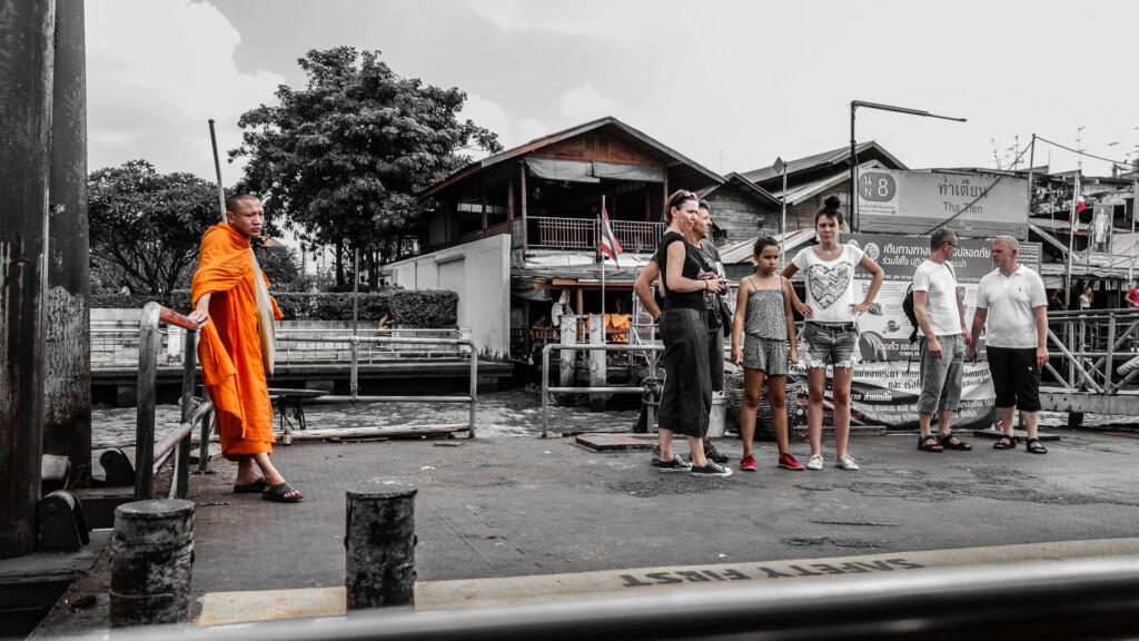 Mönch und Touristen am Pier